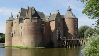 De bouwdatum van het kasteel is onbekend. Maar in het jaar 1026 (21 juli) wordt reeds gesproken over een heerlijkheid in een oorkonde van vrouwe Berta. Rothardus 'de Ambersoi' en zijn broer Wiricus voerden toen het bewind. In een document uit 1196 wordt gesproken van 'Ambershoye'. In 1286 was Johan van Harlaer heer van Ammerzoden. Zijn nakomelingen droegen de heerlijkheid ongeveer een eeuw later over aan Arnold van Hoemen, de heer van Middelaar. De eerste zekere vermelding van het huidige kasteel zelf dateert uit 1354 toen Arent van Ammersoyen het via overerving verwierf.  Het is een van de bestbewaarde middeleeuwse waterburchten in Nederland. De oorspronkelijke opzet door een Van Herlaer van omstreeks 1300 is goed behouden, ondanks verbouwingen in de 17e eeuw. Ammersoyen is met zijn vierkante plattegrond met vier hoektorens een voorbeeld van het door graaf Floris V geïntroduceerde kasteeltype. Dit type is wegens de goede verdedigbaarheid vaker toegepast. Uitzonderlijk is dat Ammersoyen als een geheel is gebouwd, terwijl de meeste middeleeuwse kastelen in verschillende bouwperioden door uitbreiding en aanbouw tot stand kwamen. Bij de bouw lag het kasteel in of aan de Maas, maar snel daarna, in 1354, veranderde de loop van die rivier. De hoofdburcht van Ammersoyen is sindsdien bijna altijd omringd geweest door een gracht, evenals de voorburcht.  In 1386 veroverde Willem van Gelre het kasteel na een kort beleg nadat Arent van Hoemen, die met zijn heerlijkheid schatplichtig was aan Gelre, de kant van zijn tegenstandster Johanna van Brabant had gekozen. Willem liet het na aan zijn bastaardzoon Johan. In de 15e eeuw verwisselde het kasteel verschillende malen van handen: in 1405 verwierf de broer van Willem van Gulik (graaf van Gelre) Reinoud IV van Gelre het kasteel, die het overdeed aan zijn bastaardzoon Willem van Wachtendonk, die het in 1424 verkocht aan Johan van Broeckhuysen (-1442), die een slotkapel liet bouwen in het kasteel.  In 1445 wisten de troepen van een r