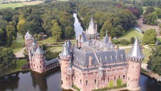 Hoe de eerste bebouwing er precies uitzag is niet met zekerheid te zeggen. Vermoedelijk ging het om een versterkte woontoren op een omgracht perceel, gebouwd in de 12e eeuw. De oudste vermelding, een akte, dateert van 1391[2]. Destijds kreeg Boekel van de Haar het huis in leen van Hendrik van Vianen. Het kasteel bestond toen uit niet meer dan een versterkte woontoren. Deze toren was gebouwd op een stroomrug langs een dode arm van de rivier de Rijn. De naam is afgeleid van het Oergermaans *Haru, zandige heuvelrug.[3] In de loop van de jaren breidde het kasteel uit. Door het huwelijk van Yosina van de Haar met Dirk van Zuylen van Harmelen kwam het slot in het jaar 1449 in het bezit van de familie Van Zuylen.  Na herhaalde aanvallen en verwoestingen, onder andere in 1482 tijdens de Hoekse en Kabeljauwse twisten[4] door de pro-Bourgondische Kabeljauwen werd het kasteel telkens hersteld en uitgebreid totdat de laatste bewoner overleed. Schade werd ook veroorzaakt in 1674 door een noodweer dat ook onder meer de Domkerk in Utrecht beschadigde. Ruïne van Kasteel de Haar in april 1887.  Het kasteel en de bijbehorende landerijen en rechten bleef in de katholieke tak van de familie Van Zuylen van Nyevelt, waarvan een deel zich in de Zuidelijke Nederlanden en meer bepaald in Brugge had gevestigd. De laatste Noord-Nederlandse eigenaar, de vrijgezel Anton-Martinus van Zuylen van Nijevelt (1708-1801) duidde als zijn legataris de Brugse burgemeester en Tweede Kamerlid Jean-Jacques van Zuylen van Nyevelt (1752-1846) aan. Hoewel hij en zijn erfgenamen banden bleven behouden met hun Nederlandse bezit, werd het niet opnieuw bewoond en raakte het nog meer in verval. Aan het einde van de 19e eeuw restte er niet meer dan een romantische ruïne.