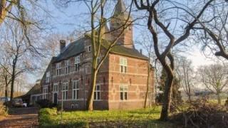 Het leengoed Schelluinen werd in 1422 voor het eerst vermeld in de registers van de leenkamer van Holland als een Arkels leengoed. Schelluinderberg is ontstaan uit een hofstede. Rond 1544 werd op het terrein van de hofstede een rechthoekig hoog huis, van 8,5 bij 5,5 meter, met een zeskantige traptoren gebouwd. Dit huis vormt nog altijd de kern van het huidige huis en bestond uit een kelder met daarboven een zaal, een verdieping en een zolder. Het huis met donjonachtig uiterlijk, gracht met brug en poort had het uiterlijk van een versterkte ridderhofstede. Tussen1563 en 1566 werd het huis flink uitgebreid. Aan de oost- en aan de westzijde kreeg het kleine zijgevels terwijl aan de zuidzijde een aanbouw verrees welke groter was dan het oorspronkelijke huis. Deze aanbouw werd samen met het oorspronkelijke huis onder één, met blauwe leisteen gedekte, kap gebracht. Het huis kreeg met deze uitbreidingen het uiterlijk van een voor die tijd modern landhuis.  In de achttiende en negentiende eeuw deed het huis dienst als pastorie, waarvoor het huis in 1765 werd uitgebreid met een flinke aanbouw. In 1841 brak er brand uit in de dorpskern waarbij het gebouw werd geblakerd maar niet beschadigd. In 1912 werd er toestemming gevraagd het gebouw te slopen. Een conflict van jaren tussen voor- en tegenstanders volgde. In 1924 werd de restauratie voltooid en werd Schelluinderberg op de monumentenlijst gezet. In 1954 werd het huis door de kerk vanwege de hoge kosten verkocht.  Op 19-12-2006 heeft een korte, uitslaande brand gezorgd voor grote schade aan het kasteeltje waarbij een deel van het dak werd verwoest. Huidige situatie  Het slotje verkeert anno 2012 in een slechte staat van onderhoud en moet dringend gerestaureerd worden en staat te koop Het muurwerk van het herenhuis is, met uitzondering van de zuidoostelijke aanbouw, overal voorzien van muurankers, speklagen en fijn beeldhouwwerk.  In de speklagen van de noordelijke voorgevel, de oude kern van het gebouw, zitten verscheidene g