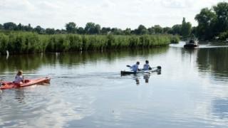 Bij ons bent u op het juiste adres voor een sportief avontuur op en rond het rivier De Linge! Alleen, met uw partner of gezin, maar ook grote(re) groepen zijn van harte welkom om te komen kanovaren op de Linge. Wij beschikken over ruim 500 zitplaatsen: één- en tweepersoons kajaks en Canadese kano's voor twee, drie, vier personen. Ze staan voor u klaar voor een sportieve ontdekkingstocht door het Linge gebied.
