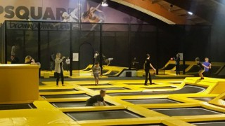 De ultieme combinatie van sport, fun & gezelligheid in een trendy, industriële setting. Dat is Jumpsquare. Met ruim 2.400 m 2 is dit hét grootste Indoor Trampoline park van de EU. Het park biedt oa: Fun Area, High Performance Area, Big Airbag, Trefbal Area, Basketbal Area en Foampit met Slackline! Trampolinespringen bij Jumpsquare is voor iedereen vanaf 10 jaar (nu speciaal voor kinderen van 2 t/m 9 jaar Mini-Jump). Jumpsquare voorziet naast de Jumparea in een gezellige horeca, nette kleedkamers met douche en lockers. Kom langs bij Jumpsquare in Nieuwegein (Utrecht) en raak ook verslaafd aan deze nieuwe hype.