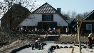 Pannenkoekenhuis de Stapelbakker ligt aan de rand van landgoed Heerlijkheid Mariënwaerdt. Wij bakken de lekkerste pannenkoeken van biologische ingrediënten. De Stapelbakker is een mooi startpunt om het landgoed te verkennen, wandelend of met de fiets. Ook ligt de pannenkoekenboerderij aan diverse fietsroutes door de Betuwe. Rust uit op een van onze grote terrassen, terwijl de kinderen zich uitleven in de speeltuin, op de skelterbaan, het springkussen, de waterbaan of in de speelkamer. Onze pannenkoekenboerderij ligt centraal tussen Den Bosch en Utrecht.