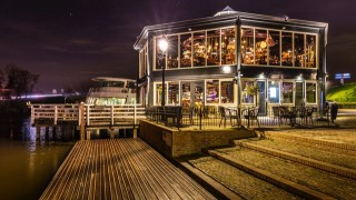 Restaurant De Beren Leerdam bevindt zich in het centrum van Leerdam aan de prachtige rivier de Linge. Met uitzicht over het water kun je in het restaurant of buiten op het ruime terras genieten van een heerlijke lunch of diner.